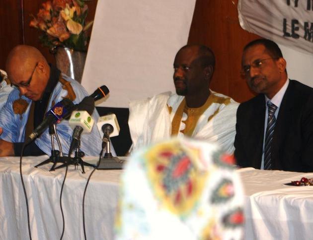 Au centre, Mohamed Baro,  président de la nouvelle coalition (photo: Sneiba)