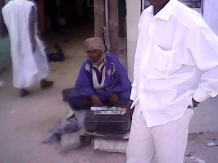 """Un vendeur de """"cartes de crédit"""" (Photo : Sneiba)"""