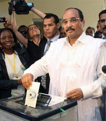 Le Président Aziz dans un bureau de vote (Photo: Google)