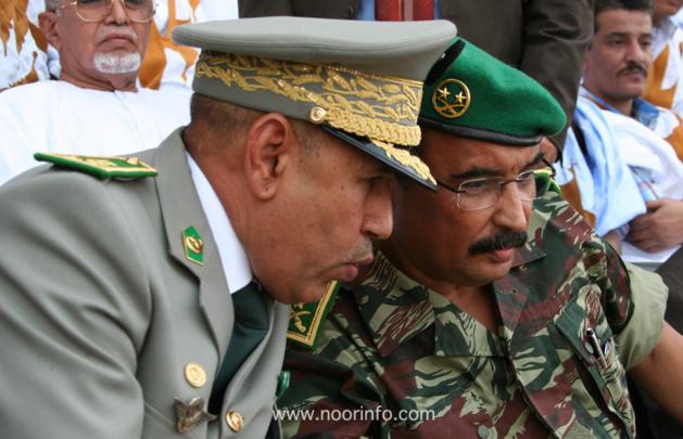Le président Aziz (en treillis) et le général Ghazouani, chef d'état-major des armées  (Photo: Noor info)
