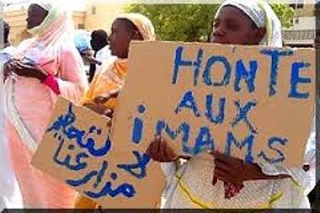 Citoyens manifestant contre la spoliation de terrains au profit d'imams.