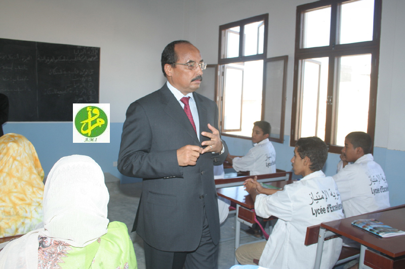 Le président mauritanien visitant une classe du l'un des lycées d'Excellence (Photo: AMI)