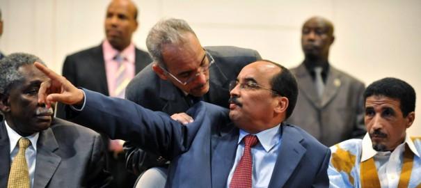 Aziz lors de la signature de l'accord mettant fin à la crise politique, en 2008.