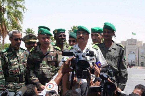 Aziz entouré des généraux qui ont mené le putsch de juin 2008 (Photo : google)