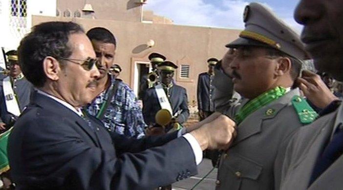 Le président Taya décorant Aziz, son futur tombeur (Photo: google)