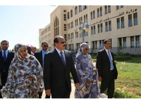Le président Aziz entouré par Mint Soueine'e (MAEC) et Mint Mbareck Fall, Sec d'Etat chargé des mauritaniens de l'étranger